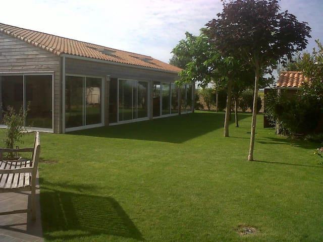 Villa avec grand jardin et piscine chauffée - Saint-Ouen-d'Aunis - Villa
