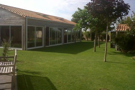 Villa avec grand jardin et piscine chauffée - Saint-Ouen-d'Aunis - 別荘