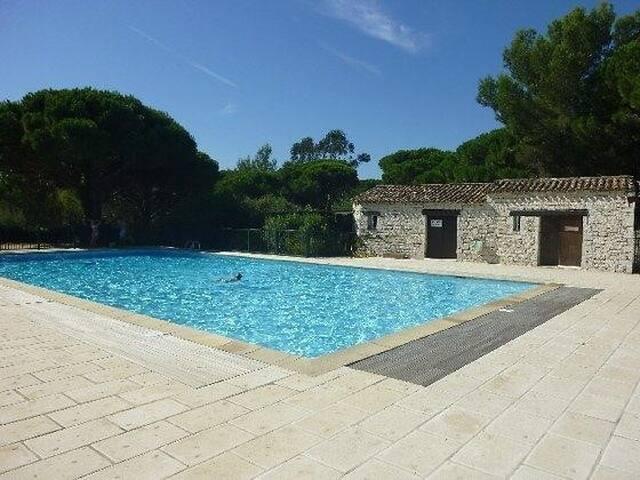 Mazet T2 piscine et tennis dans la résidence - Gassin