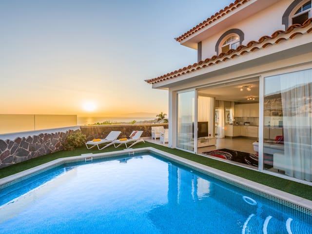 Чудесная роскошная вилла с подогреваемым бассейном с видом на море