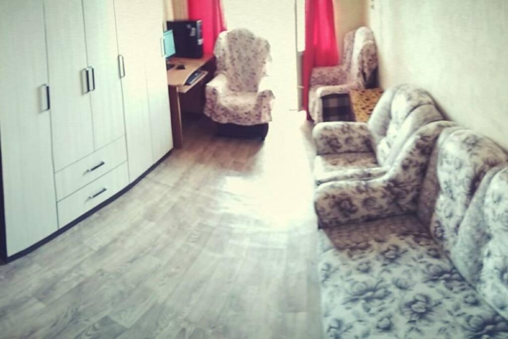 Жилая комната, диван раскладной, есть лоджия