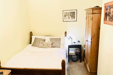 ★ Double bedroom in spacious town-house, Leek ★