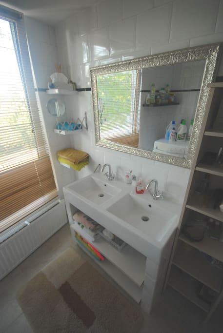 Dubbele wastafel met grote spiegel