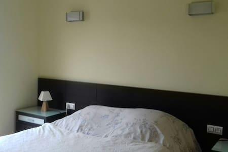 Belle chambre, dans quartier calme - Anglès - Leilighet
