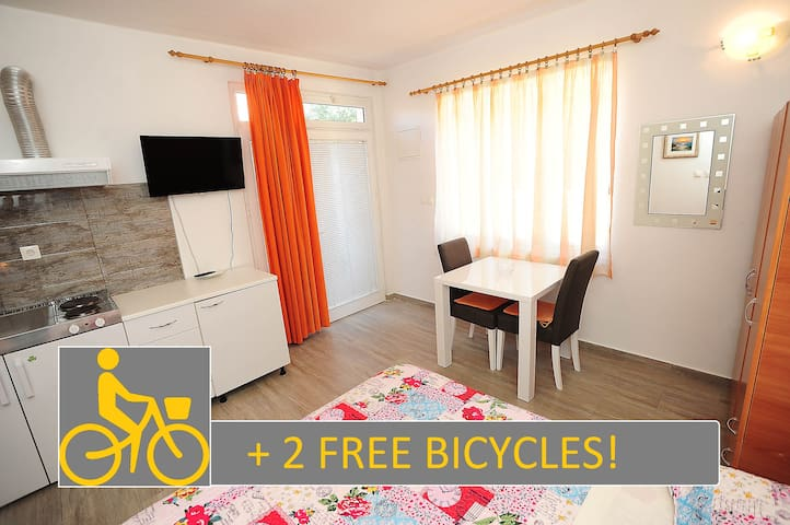 Apartment for two with parking space + 2 Bicycles!
