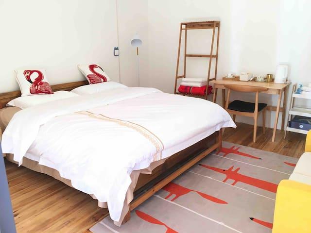 卧室 bedroom with full bath