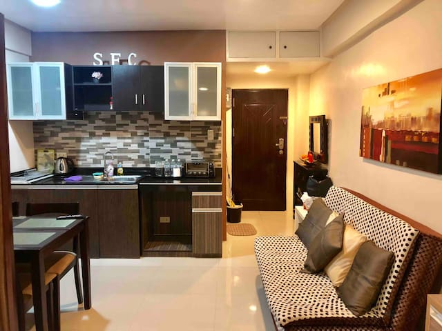 Cozy Condo with Balcony and Parking
