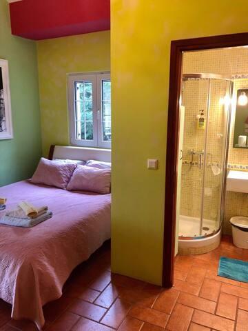Τρίκλινο δωμάτιο με λουτρό