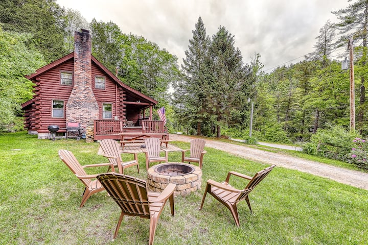 Adorable log home w/ a full kitchen - river frontage close by!