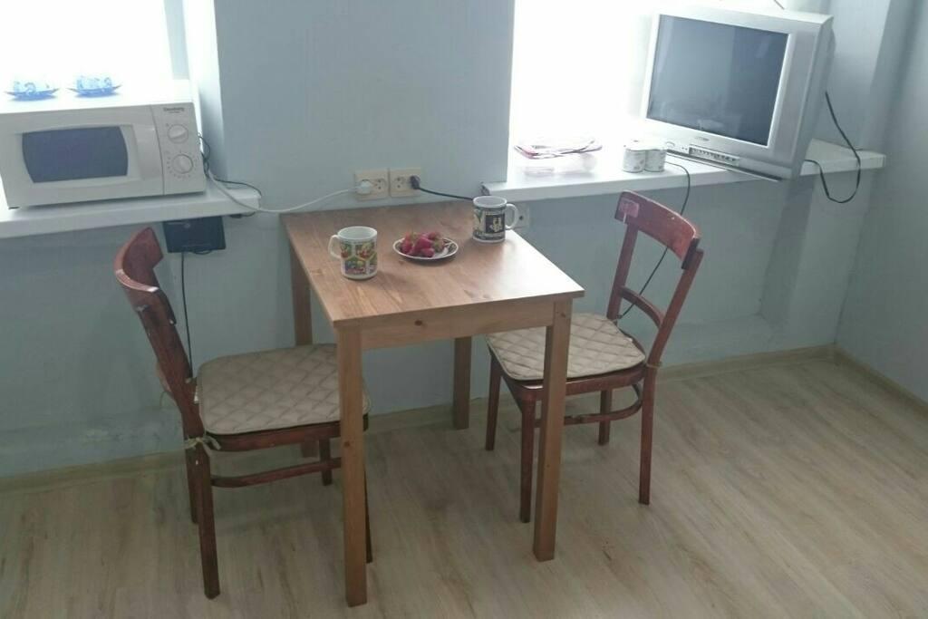Стол для еды и работы.