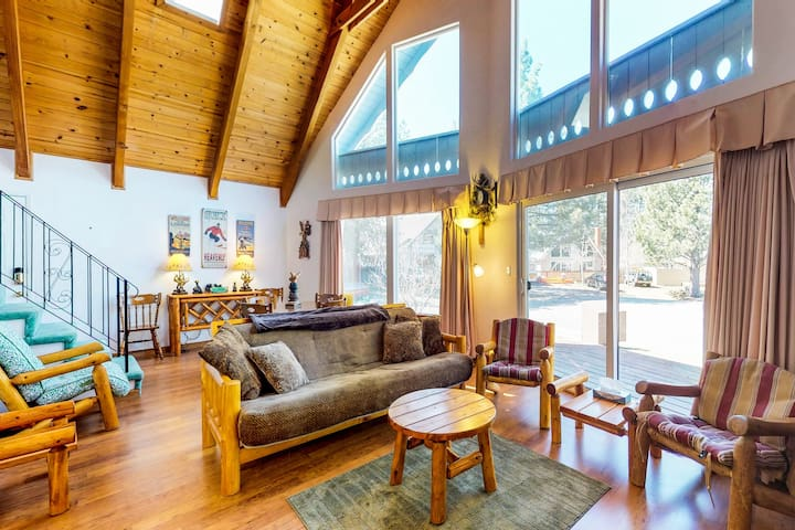 Dog-friendly lakehouse w/sun room, fenced-in backyard! Minutes from Lake Tahoe!