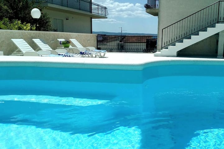 Sea side apartment with pool A1
