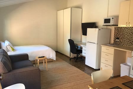 Studio apartment  river and UWA. Free Wifi/parking
