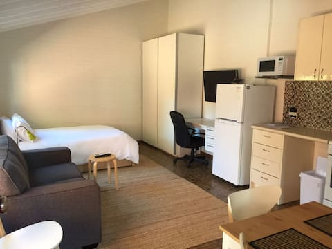Swan River/UWA studio Sleeps 2  Free WIFI/parking
