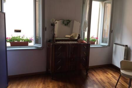 Camera da letto con bagno in centro storico - Reggio Emilia - Apartment