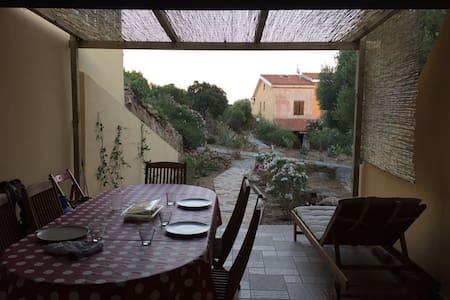Villetta vacanza nel verde, vicino a mare e città - Sole Ruiu - Casa a schiera