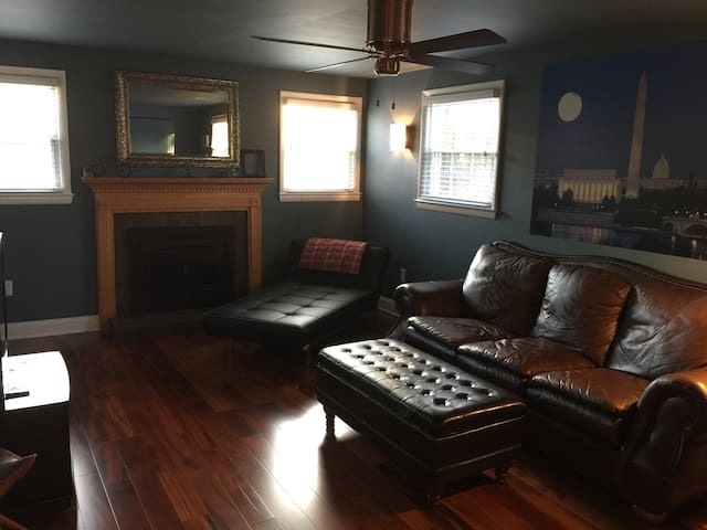 Private Bedroom, Bath & Living Room Near UMD/DC