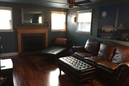 Private Bedroom, Bath & Living Room Near UMD/DC - Berwyn Heights - Hus