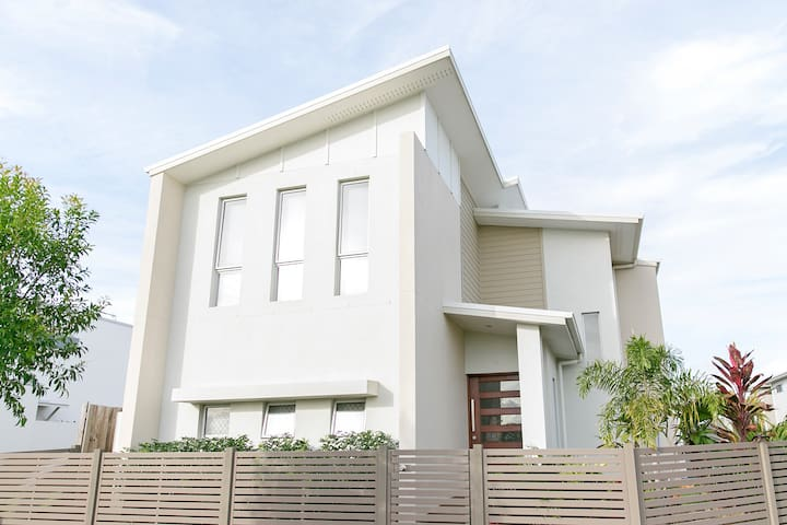 Central 4 bedroom home with pool Maroochydore