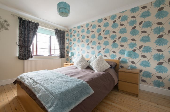 Private room w. parking near city centre / station - Chelmsford - House