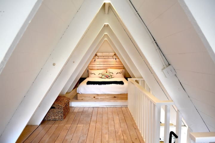 Cozy A-Frame cabin half a block from the beach!