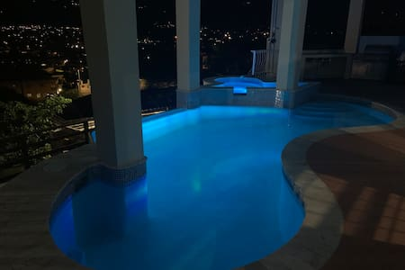 Kgn Luxury Sanctum*5 min city~Pool & Blue Mtn View