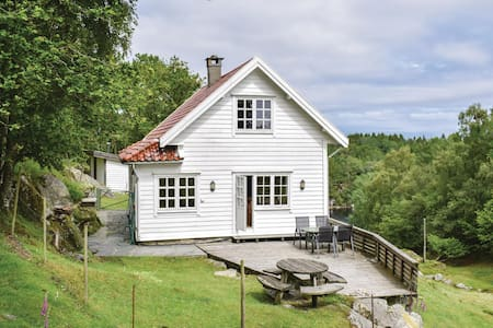 Holiday cottage with 4 bedrooms on 90m² in Storebø