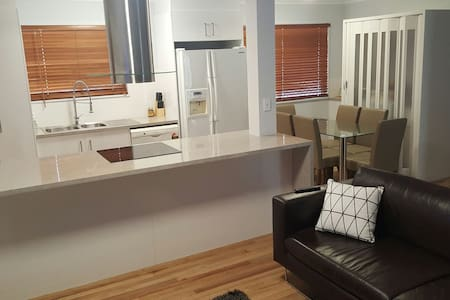 Renovated 3 bed house good as new! - Garbutt - 단독주택