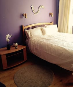 King sized bed with en-suite WAW - County Donegal - House
