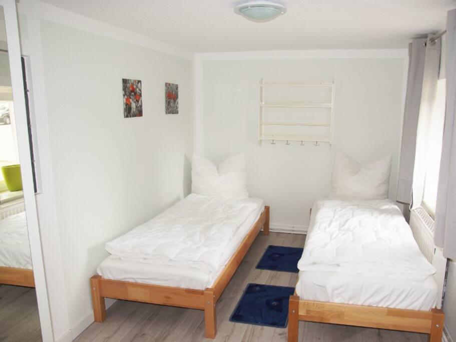 separates Schlafzimmer mit 2 Einzelbetten (können zusammen geschoben werden)