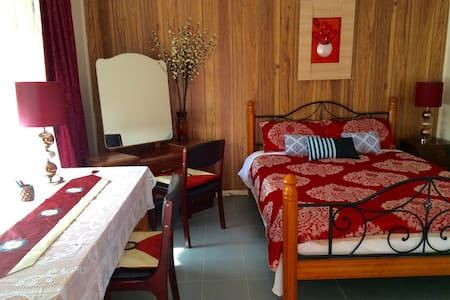 Spacious double bedroom - Noble Park - 獨棟