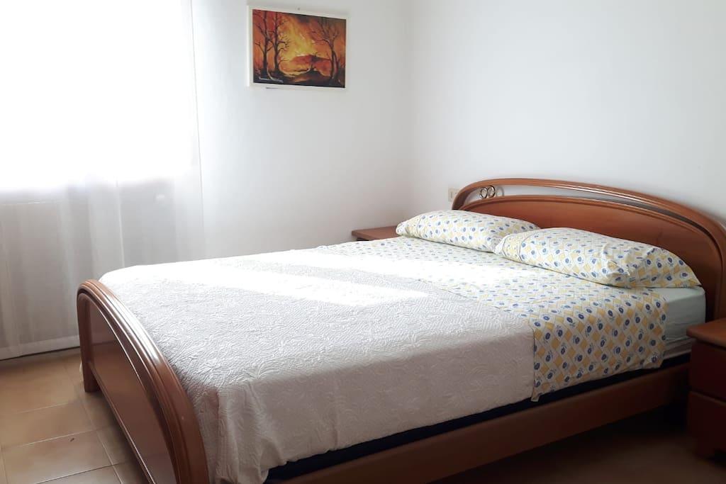 Camera padronale con letto matrimoniale e ampio armadio
