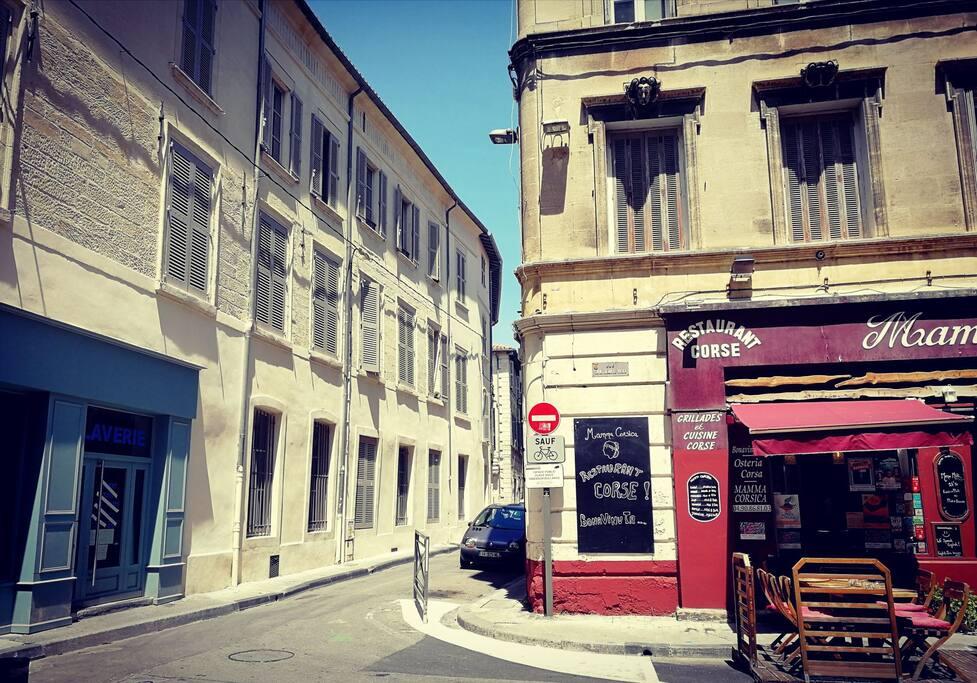 En bout de rue du chapeau rouge, une laverie à gauche, un restaurant corse à gauche.