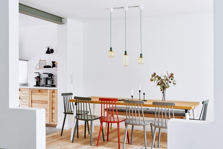 Blick in das Esszimmer und die Küche