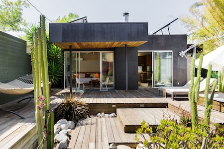 Cactus Flower - Modernist Solar Guesthouse with Large Garden
