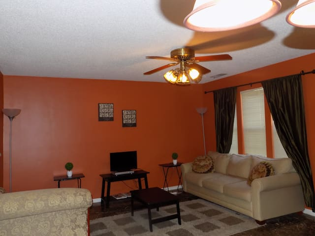Spacious Townhouse close to Uptown Charlotte