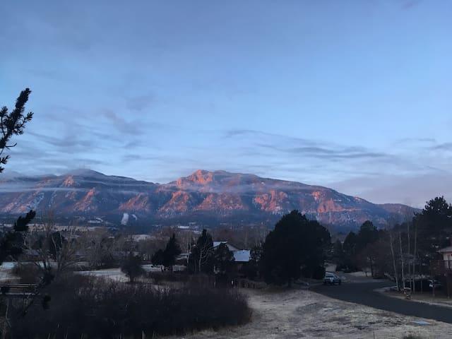 Quiet Mountain View 3 Min to Cheyenne Mtn. Resort