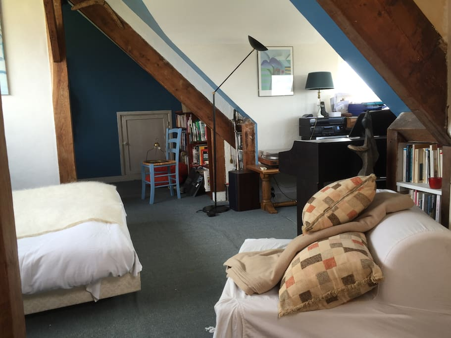 Le lit en configuration double.  Hi-Fi et Wi-Fi à disposition