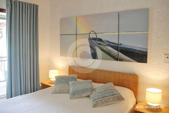 2e chambre à coucher, balcon et vue sur la baie