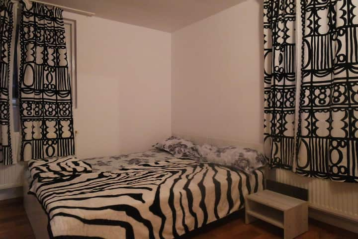 Canadian house - Black and white bedroom