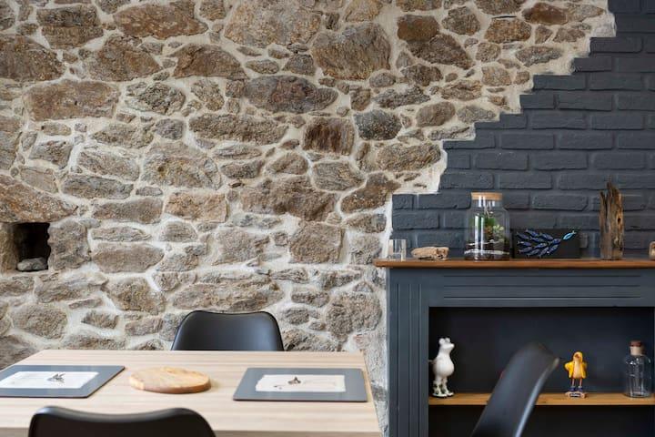 La table, la cheminée et sa décoration