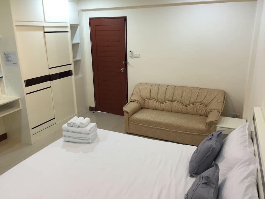 房內有高級皮革沙發, 衣櫃. 每房可加1床, 每房最多3成人.