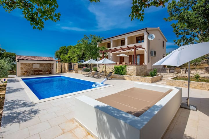 Acogedora Villa en Slivnica con piscina