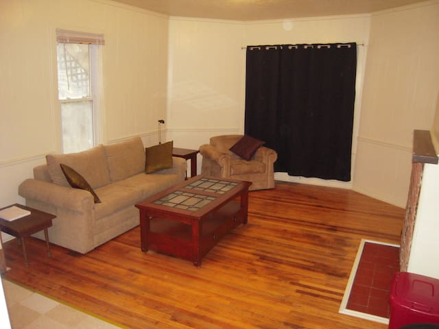 Pets Welcome! Charming 3 Bedroom Apartment. - Morgantown - Appartement