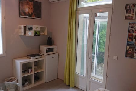 Petit studio parmi les pins et les cyprès