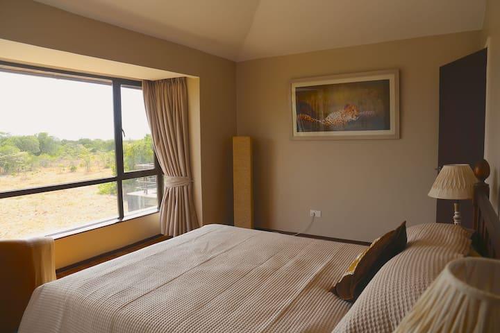 Queen bed overlooking the Nyandarua Range (Aberderes)