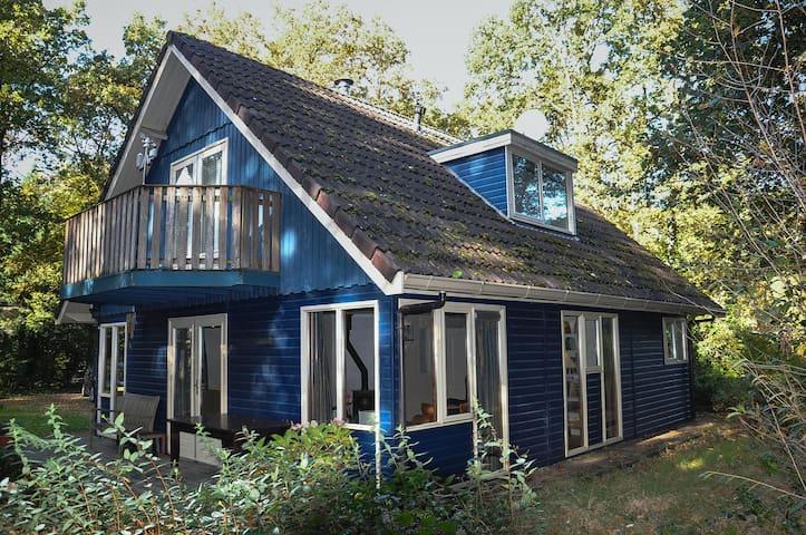 Ruim en comfortabel huis midden in bos van Norg - Norg - Stuga