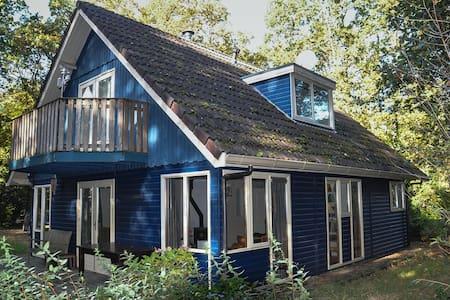 Ruim en comfortabel huis midden in bos van Norg - Norg - Blockhütte