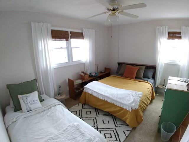Private Room in Bright and Cozy Home close to VT 2