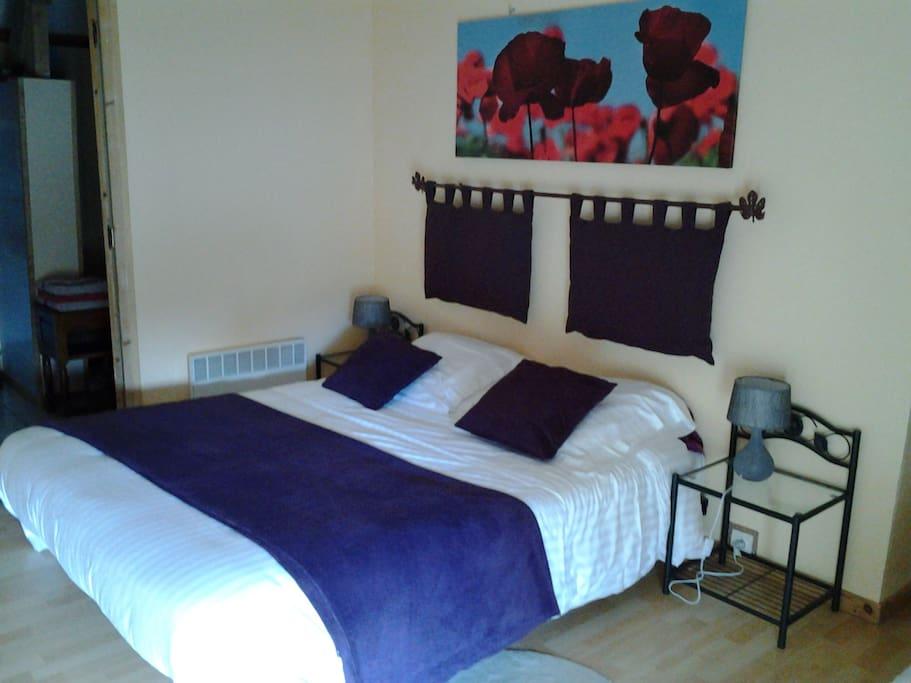 chambre avec un lit simple et un lit double, chaque chambre dispose de sa propre salle de douche et wc